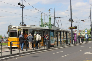 Fedett villamosmegállók, fedetlen buszmegállók