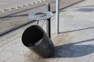 A köztéri kukák, avagy a tömegközlekedés áldozatai