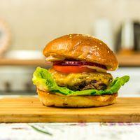 #HamburgerHétfő: A tökéletes sajtburger receptje - videóval!
