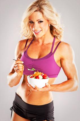 szenhidrat-fogyokura-edzes-szenhidrat-toltes-sportos-no-izmos-lany-sportolo-eszik-taplalkozas.jpg