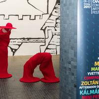 Élő felkiáltójelek Budapest utcáin