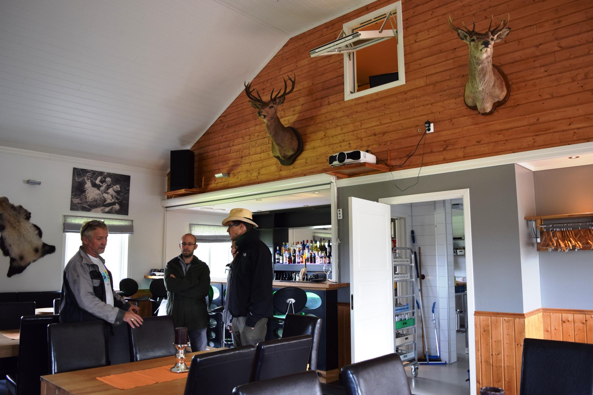Ottjártunkkor még nem nyitott meg az étterem, az utolsó simítások zajlottak. A berendezésből is kiderül, hogy Kristofer nagy vadász.