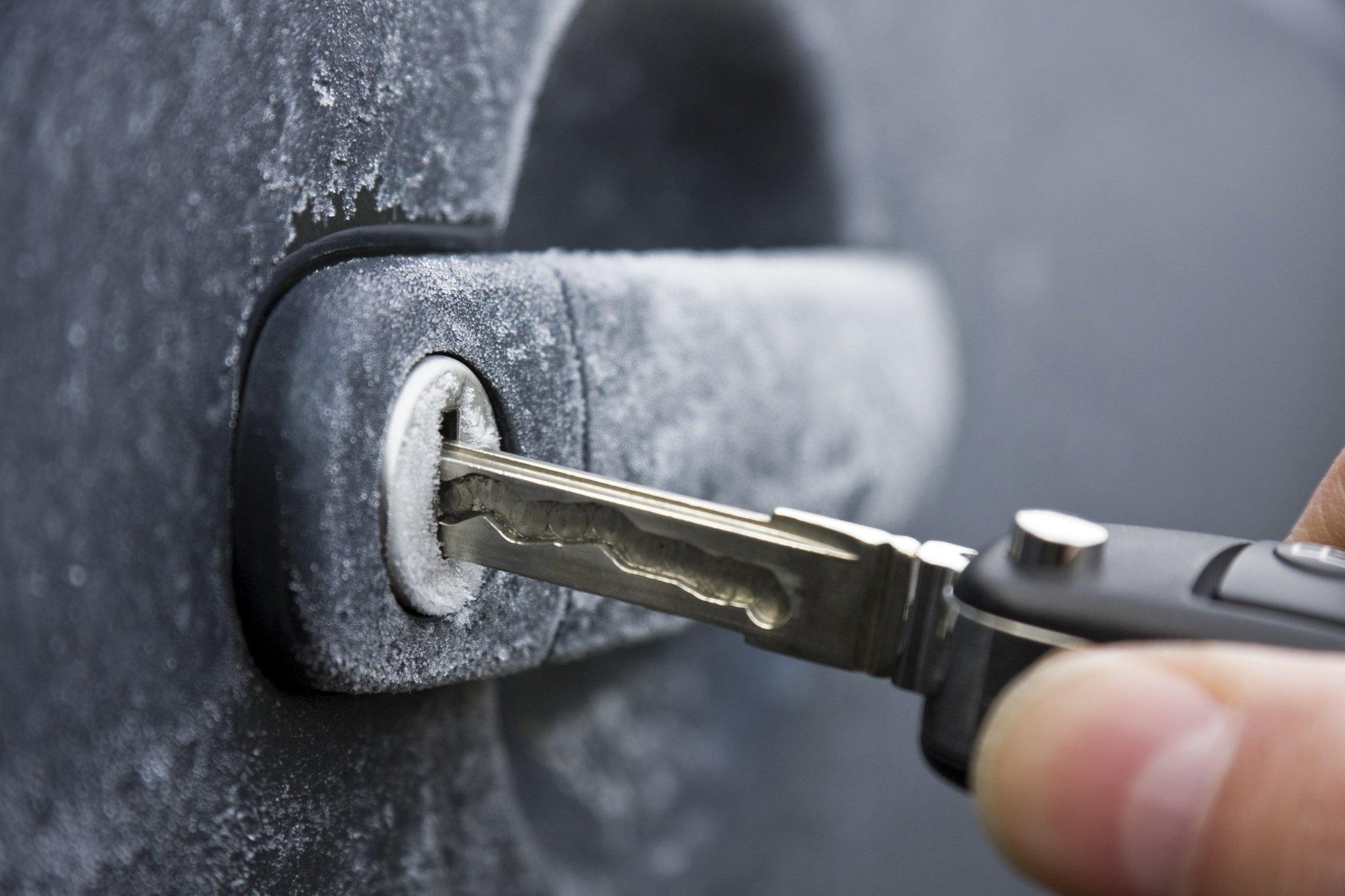 chi_man_locking_not_stealing_from_cars_20141227_1.jpg