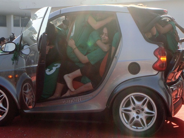 world-record-19-student-in-small-car-640x480.jpg