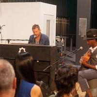 Damon Albarn robotok előtt koncertezett