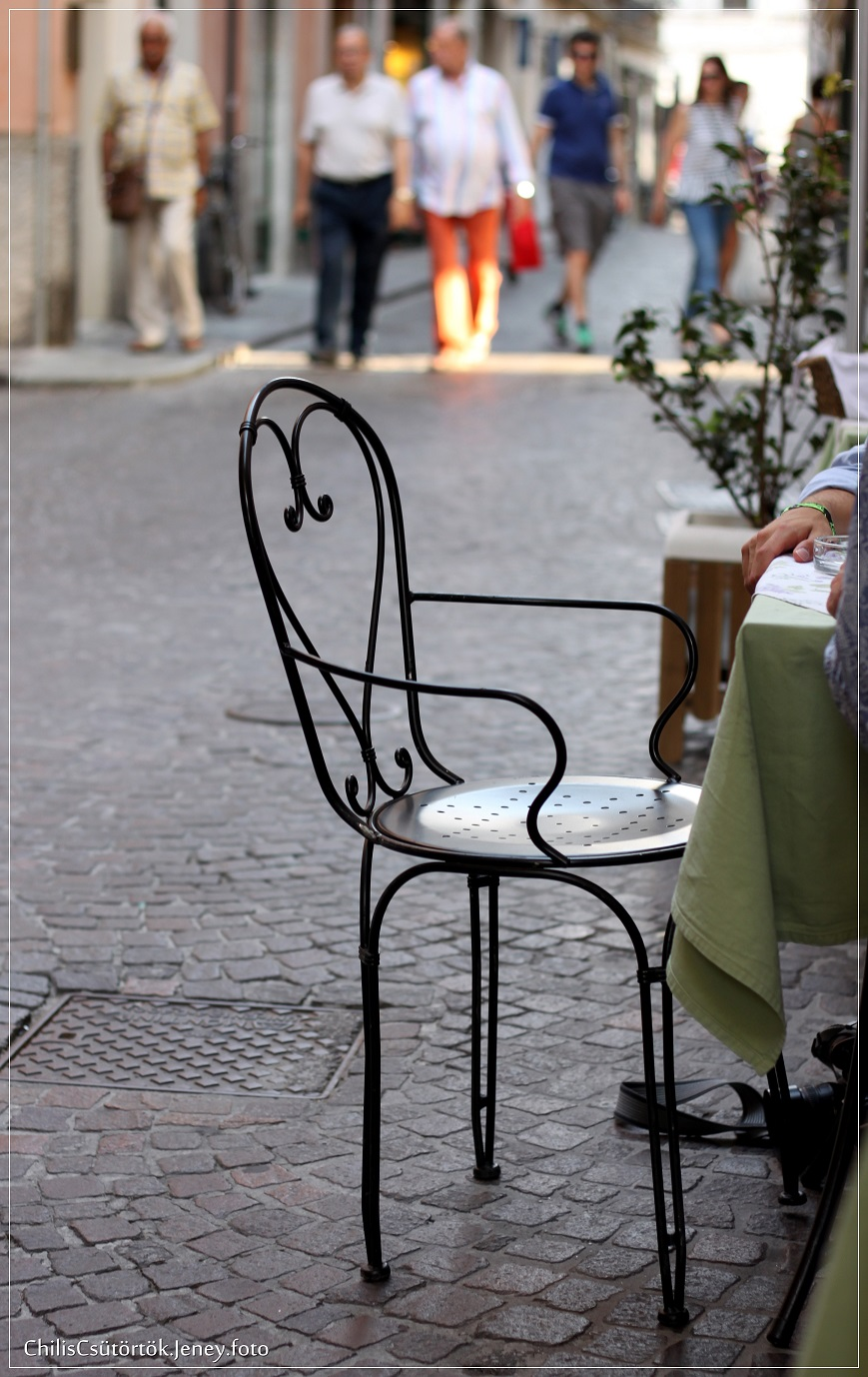 Utca székkel