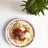 Paradicsomos spagetti // Spagethi with tomato //ENG down// Friss termelői paradicsomból, frissen szedett zölfűszerekkel és néhány csipet mozzarellaval és egy vékony szelet fekete erdei sonka