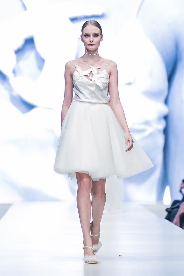 Fehér top és szoknya: Nora Sarman