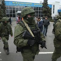 Orosz katonák a szimferopoli reptéren