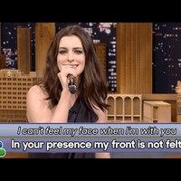 Anne Hathaway a guglifordított dalszövegeket is jól tolja