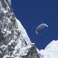 Siklóernyővel az Everest fölött