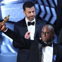Filmek helyett inkább sorozatot készít a Holdfény Oscar-díjas rendezője