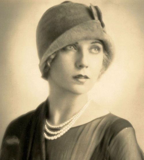 ziegfeld_follies_showgirl_lilyan_tashman_photo_by_fred_hartsook_1920s.jpg