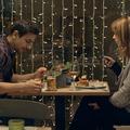 Te nyomkodnád a mobilod egy romantikus vacsora alatt? Itt a nagy Vacsora-teszt