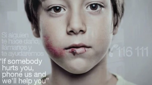 Különleges plakát a gyermekbántalmazás ellen
