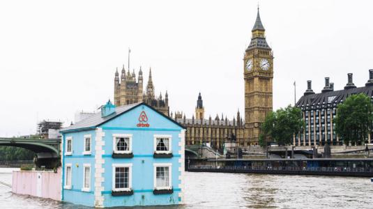 Temzén úszkáló házba költöztet néhány szerencsést az Airbnb