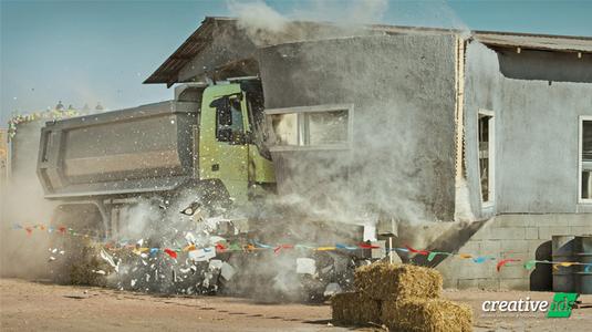 4 éves kislány csapat egy óriás Volvo kamionnal