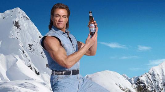 Pörgőrúgással épít kocsmát Van Damme