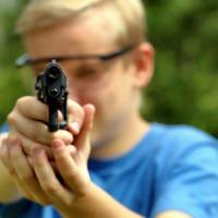 Sportos, keveset gondolkodó, de jól lövő alattvalókra van szükség