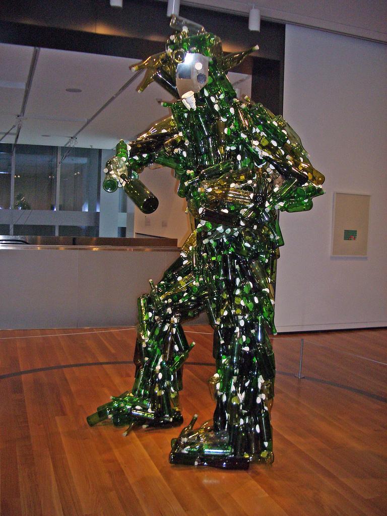 Recycle h tf emberi szobrok csomagol sb l csomagol s blog for Glasses made out of bottles