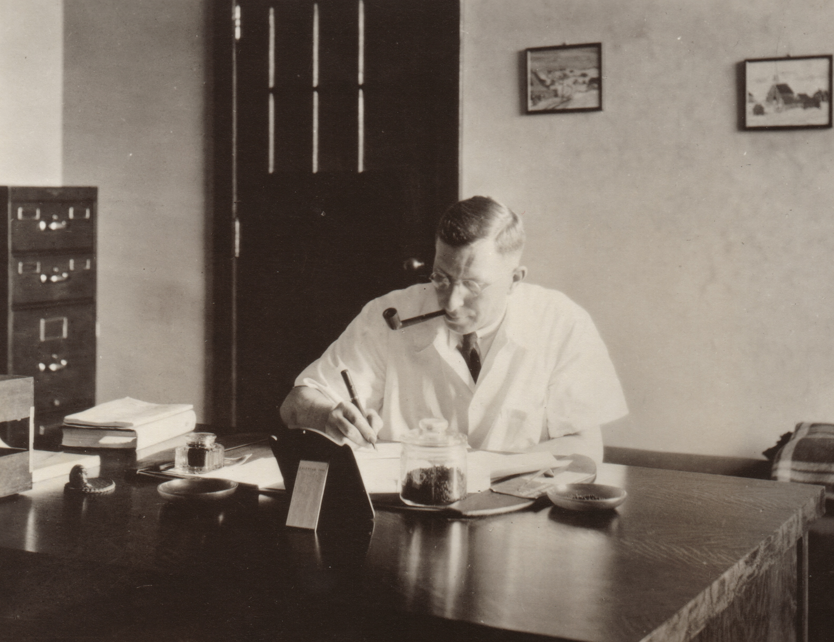banting-at-desk-c1935.jpg