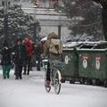 Hátizsákos lány a hóesésben