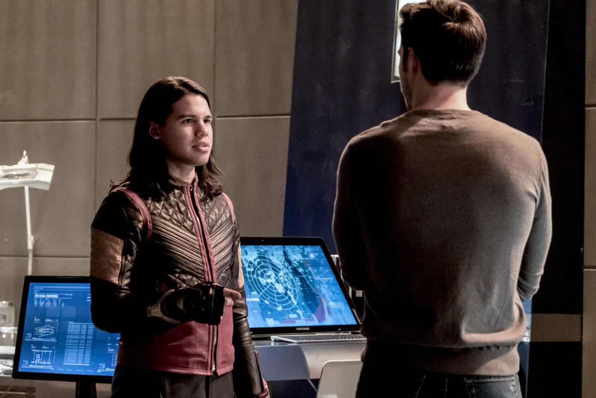 The Flash -- 'Duet' -- FLA317a_0386b.jpg -- Pictured (L-R): Carlos Valdes as Cisco Ramon and Chris Wood as Mike -- Photo: Katie Yu/The CW -- © 2017 The CW Network, LLC. All rights reserved.