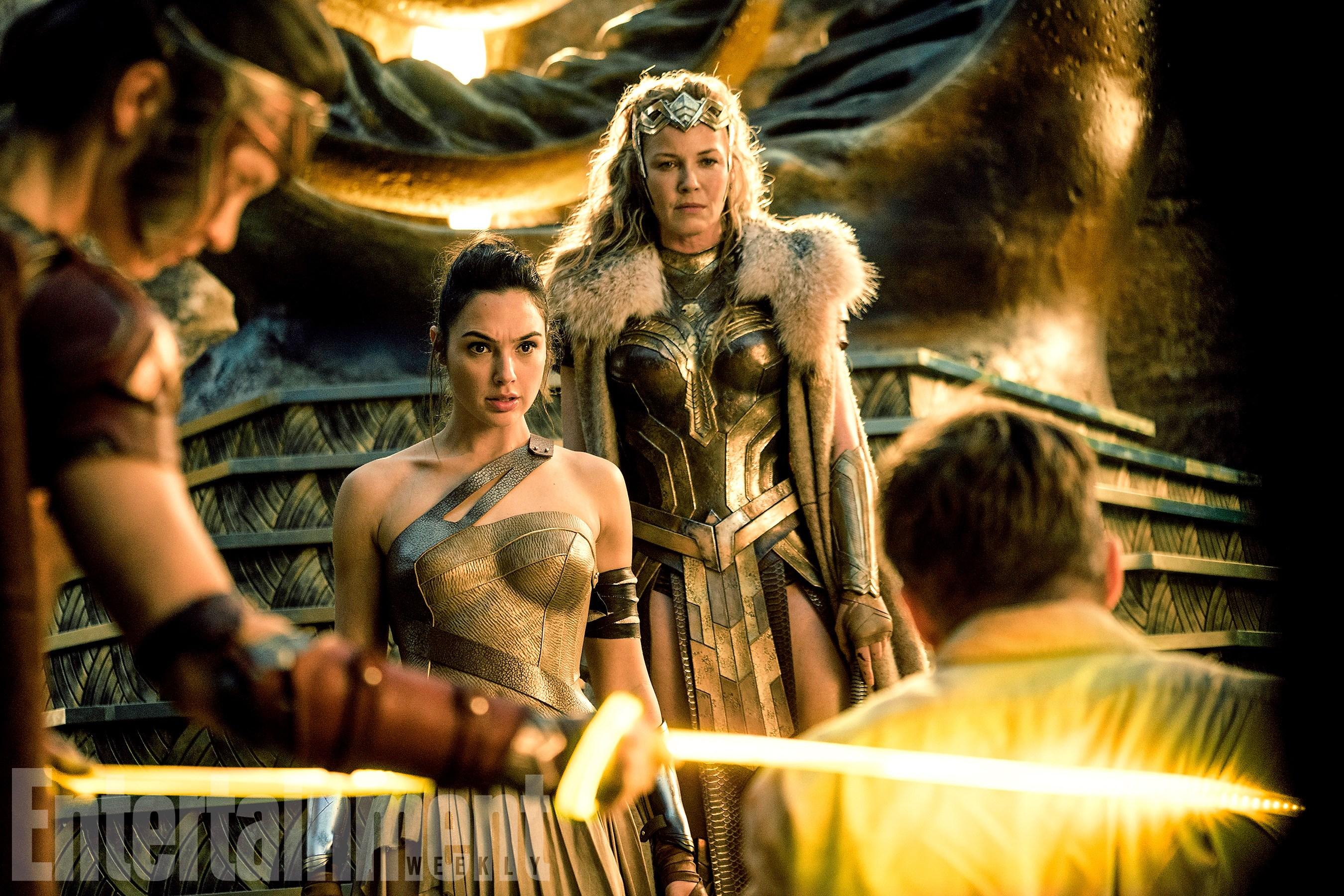 Lisa Loven Kongsli (Menalippe), Gal Gadot (Diana Prince/Wonder Woman), Connie Nielsen (Hippolyta királynő) és Chris Pine (Steve Trevor)