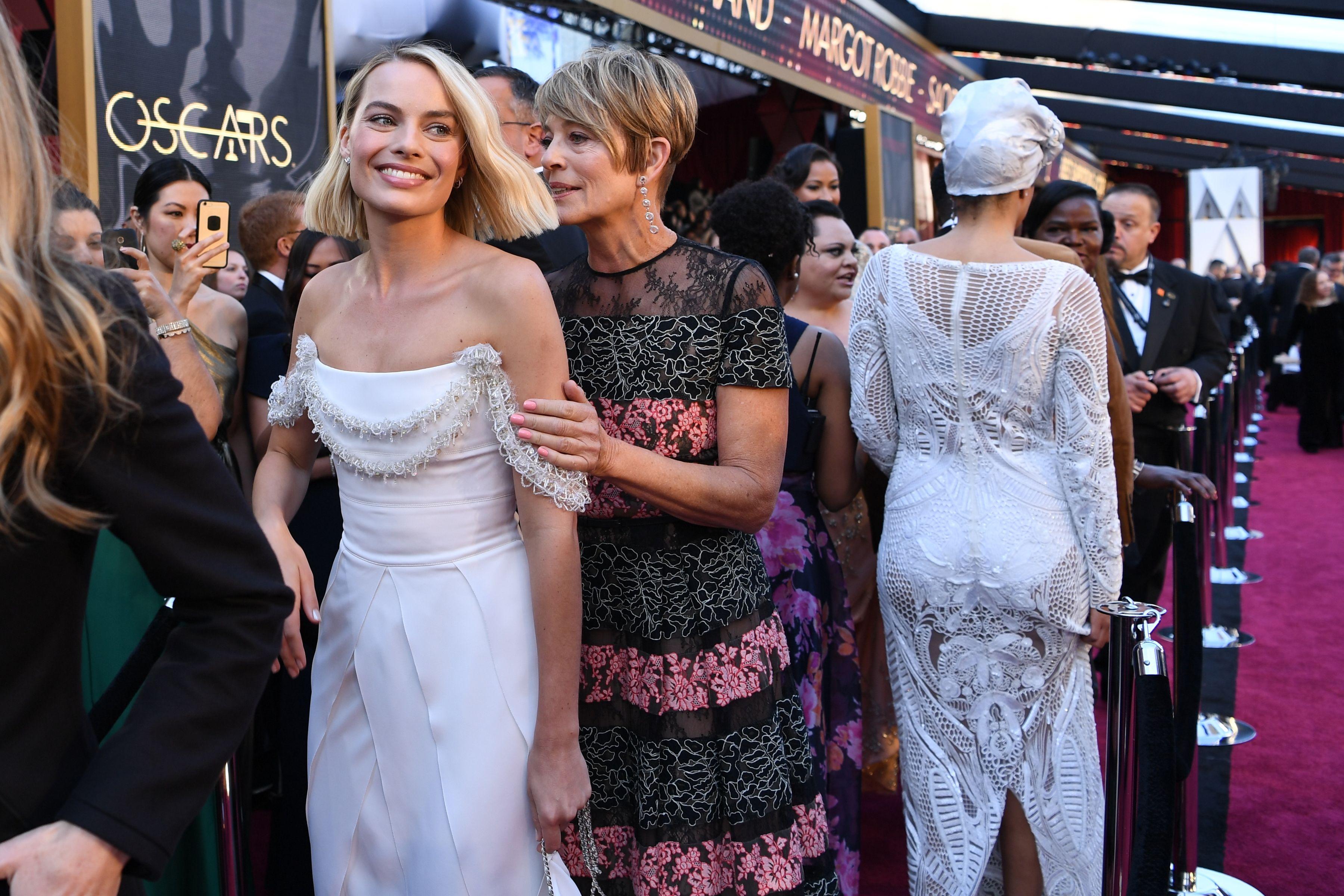 Margot Robbie az édesanyjával érkezett a díjátadóra