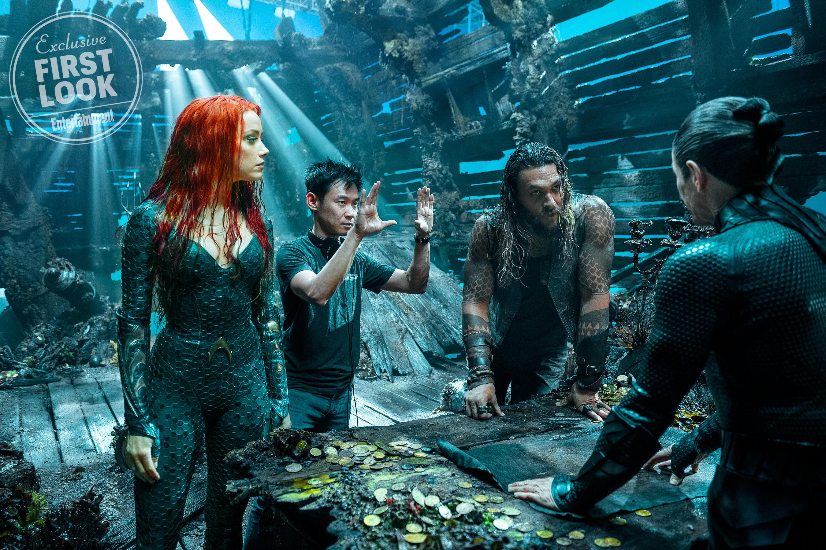 James Wan instrukciókkal látja el Heardot és Momoát egy hajóroncsban, miközben Aquaman mentorával, Vulkóval (Willem Dafoe) találkoznak.<br /><br />Jasin Boland/Warner Bros.