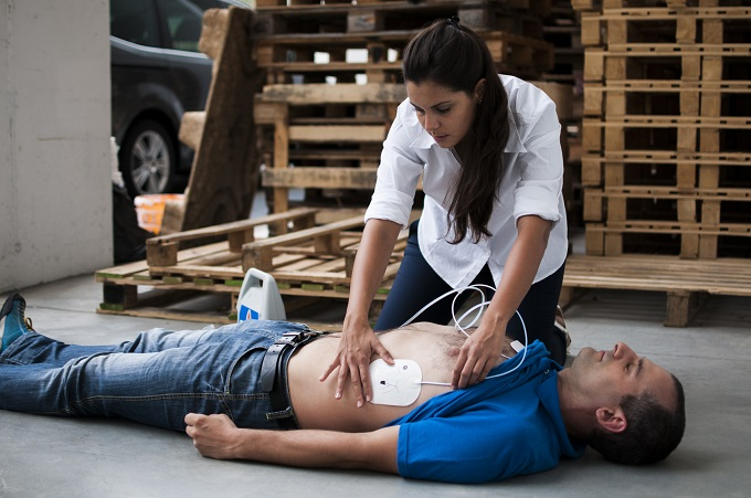 defibrillator_hasznalata_blog.jpg