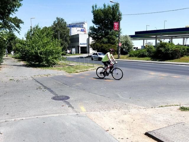Életveszélyes kerékpáros kereszteződés a Budaörsi úton