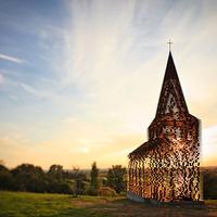 Erős vár: áttetsző templom rozsdás acélból