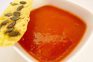 Levesvacsorák IX.: Fűszeres paradicsomleves tökmagos sajtchips-szel
