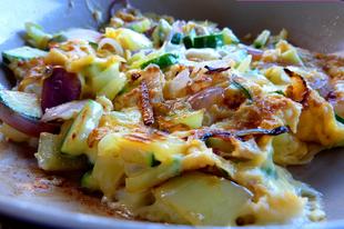 15 perces vacsora: sajtos-lilahagymás tojás friss cukkinivel