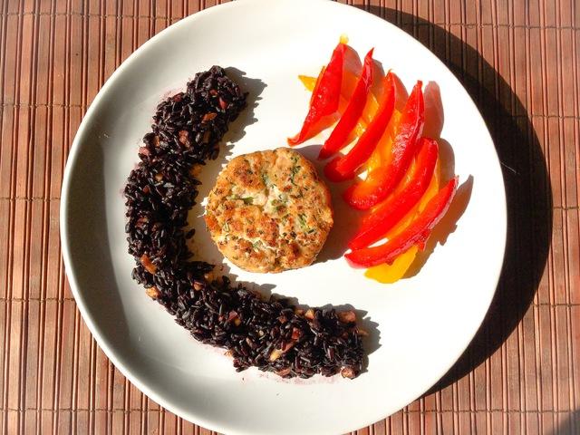 Lazacfasírt kesudiós feketerizzsel és mézes-chilis paprikával