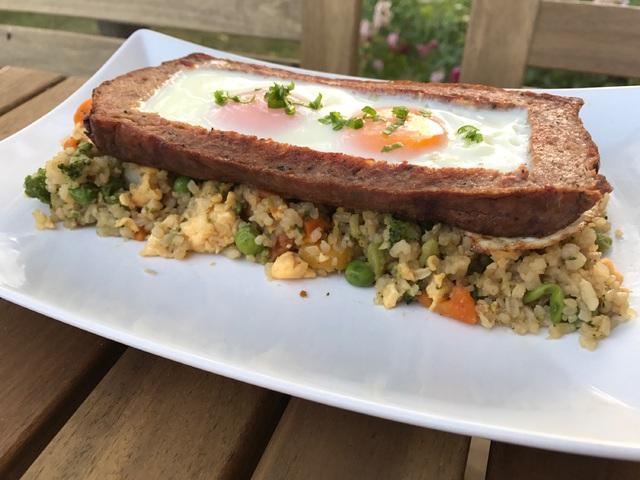 Tükörtojásos húskenyér szójás-zöldséges rizságyon