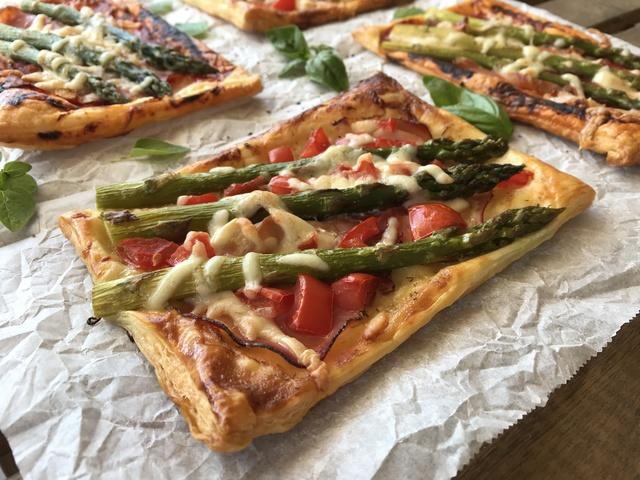 Spárgás-feketeerdei sonkás leveles pizza