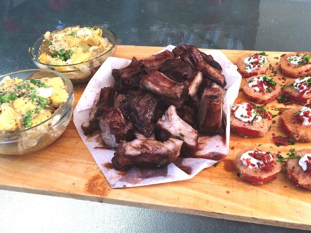 BBQ borda meleg krumplisalátával és pármai sonkás paradicsommal