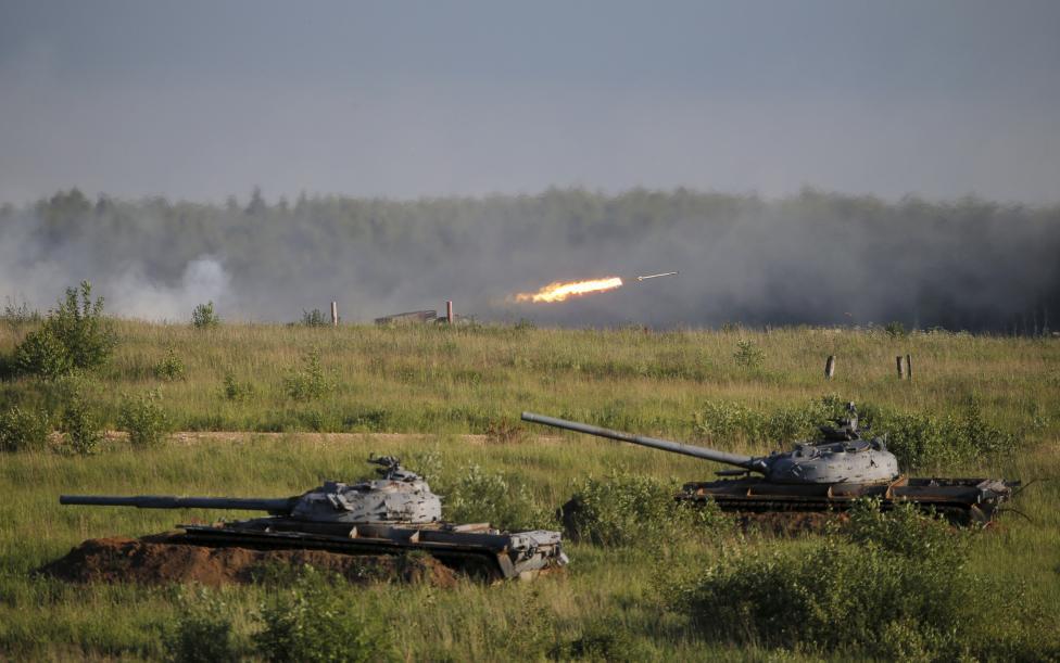 Orosz tankok láthatók beásva a 2015-ös Nemzetközi Haderő Fórum megnyitója után Kubinkában, Moszkva mellett. (f.: Reuters)