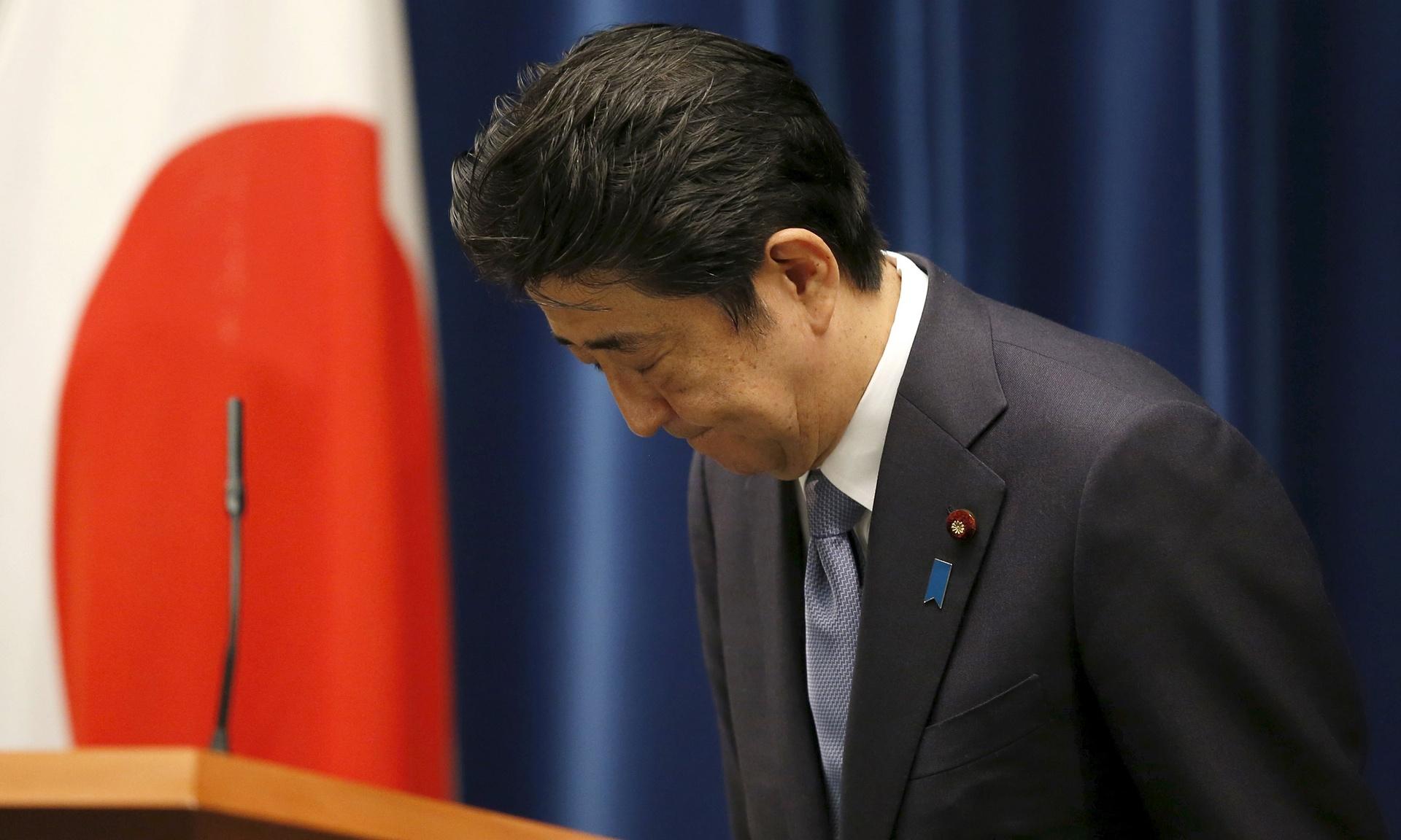 Abe Sinzó japán miniszterelnök hajt fejet a második világháború 70. évfordulójának apropójából tartott beszédének végén. A politikus bár kifejezte legmélyebb bűntudatát és együttérzését a japán háborús bűnökkel és annak áldozataival kapcsolatban, azonban kijelentette, nem várható el, hogy távoli generációk továbbra is a múlt hibái miatt kérjenek folyamatosan bocsánatot. (f.: The Guardian)