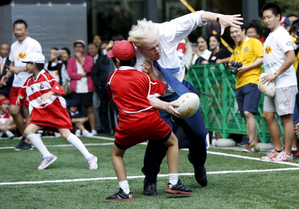 London polgármestere, Boris Johnson ütközik a 10 éves Sekiguchi Toki nevű japán kisfiúval a Tokióban rendezett Street Rugby elnevezésű sportrendezvényen. (f.: Reuters)