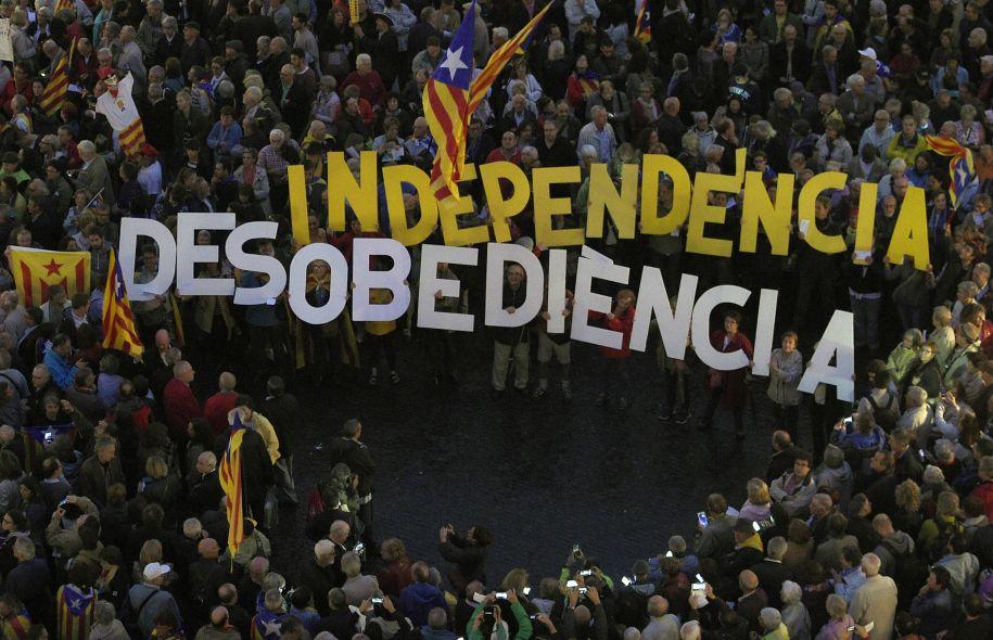Tüntetők tartják fel a 'függetlenség' és az 'engedetlenség' szavakat egy a Barcelonában tartott megmozduláson, hogy a katalán függetlenségéért harcoló párt vezetői mellett tiltakozzanak, akik ellen jelenleg eljárás folyik a tavaly novemberben rendezett függetlenségi népszavazás megtartása miatt. (f.: AFP)