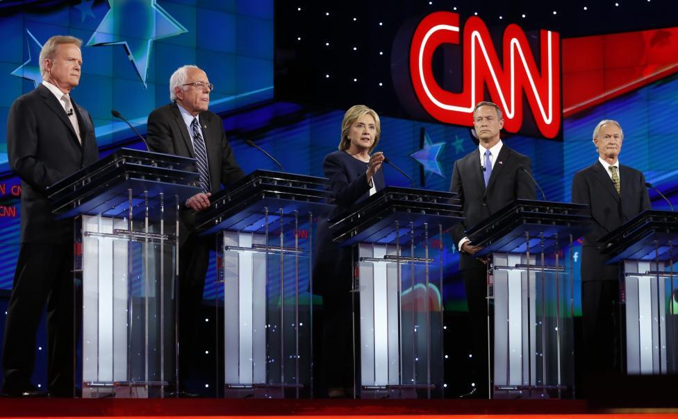 Kezdődik a Demokrata Párt jelöltjei között rendezett nyilvános elnökválasztási vita. A résztvevők balról indulva: Jim Webb, Bernie Sanders, Hillary Clinton, Martin O'Malley and Lincoln Chafee. (f.: Reuters)