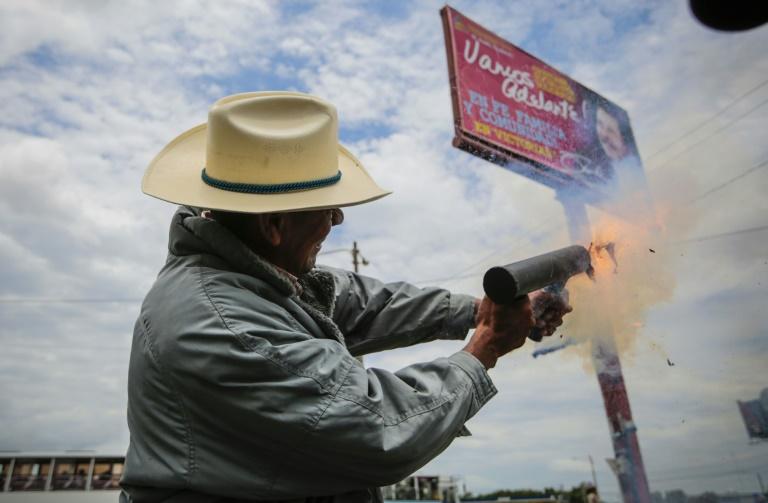 Egy földműves tüntető süti el kézi aknavetőjét a nicaraguai Managuában, ahol a választási rendszer igazságtalanságai ellen tüntetnek épp (f.: AFP)