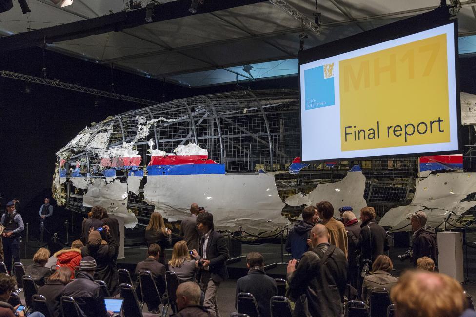 A holland vizsgálati bizottság tartja meg végső riportját a tavaly lelőtt maláj utasszállító ügye kapcsán, a hátteret a valamelyest rekonstruált repülőgép maradványai adják. A vizsgálat kiderítette, hogy egy Buk típusú föld-levegő rakéta találta el a Malaysia Airlines MH17-es járatát, a pilóták holttestében megtalálták a rakéta egyes darabjait is. A sajtótájékoztatón nem nevezték meg, hogy ki tehető felelőssé a gép lelövéséért. (f.: Reuters)