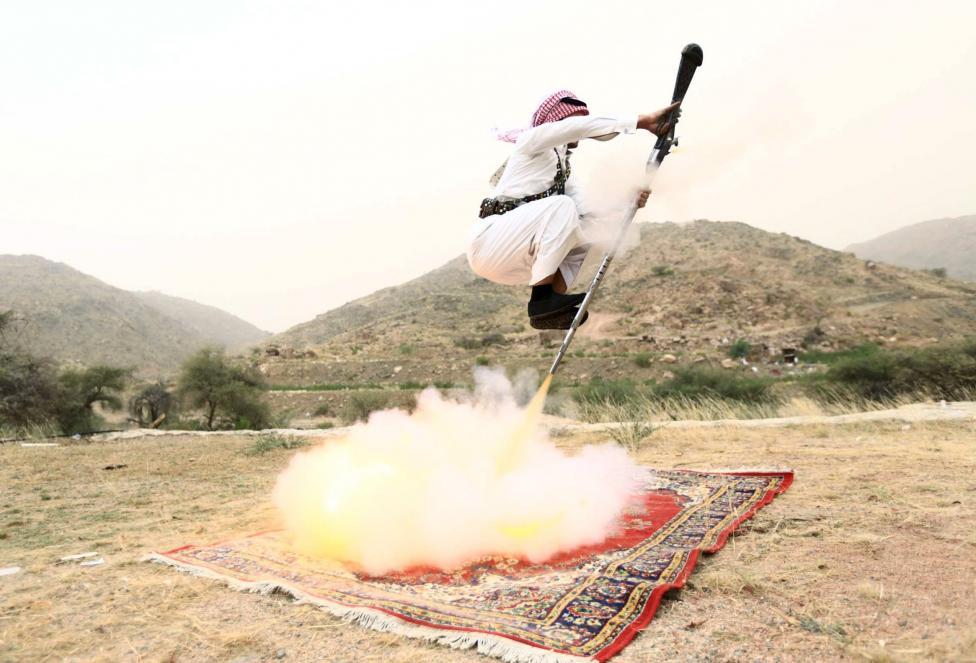 Férfi demonstrálja a tradicionális szaúdi szokást, a fegyveres táncot, amelyet legtöbbször nagy ünnepek (pl.: házasság) során gyakorolnak. (f.: Reuters)