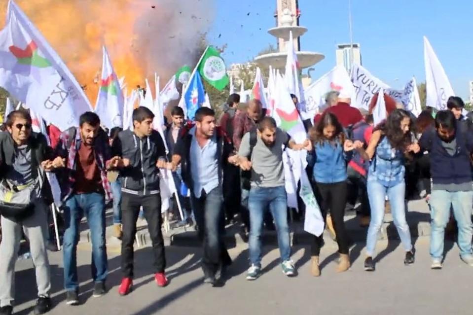 A robbanás pillanatai egy az október 10-én a törökországi Ankarában rendezett békés felvonulás közben. A tüntetők a török állam és a kurd fegyveresek közti konfliktus ellen foglaltak állást, a rendezvényt azonban két öngyilkos merénylő általi nagy erejű robbantás taszította káoszba. (f.: Dokuz8 Hírügynökség)