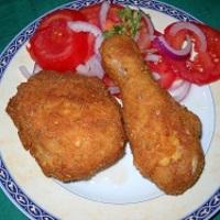 Rántott csirkecomb bőrébe bújt sajt, rozmaringos bundában, paradicsomsalátával