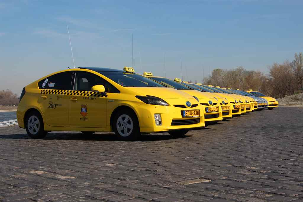 toyota_hibrid_city_taxi_flotta_2015_autoaddikt.jpg